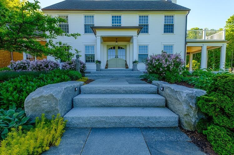 Natural landscape design with Woodbury Gray granite steps